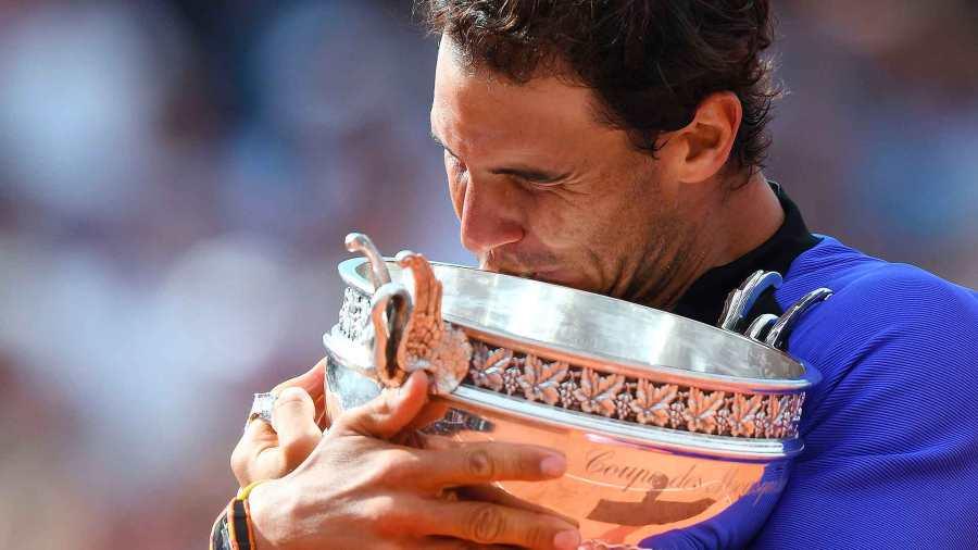nadal-roland-garros-2017-final-trophy-tightv1